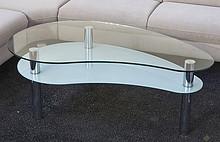 TALIA to ława doskonale pasująca do nowoczesnego wystroju salonu. Blat o ładnym płynnym kształcie wykonany jest z bezbarwnego szkła, odpowiednio...