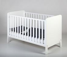Łóżeczko dziecięce z kolekcji Mika z możliwością przerobienia na tapczanik o wymiarach 140 cm x 70 cm.  Specyfikacja:  - trzy pozycje...