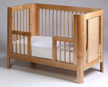 Łóżeczko dziecięce z kolekcji SUN jest bardzo wytrzymałe i stabilne.  Łóżeczko posiada charakterystycznie zaokrąglone nogi.  Komfort użytkowania...