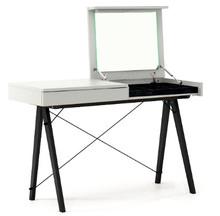Minimalistyczne biurko z funkcją toaletki- pod klapą kryje się aksamitna szkatułka i duże lustro. Obok tradycyjna i praktyczna szuflada na pozostałe...