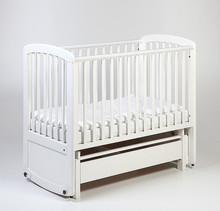 Pierwsze w Europie drewniane łóżeczko/kołyska spełniające rygorystyczne Europejskie normy bezpieczeństwa! Zaawansowany system ruchu poziomego wraz z...