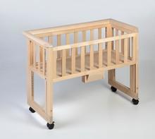 Regulowana wysokość oraz opuszczana część boczna sprawiają, że łóżeczko dostawne tworzy spójną powierzchnię z łóżkiem rodziców.  Dzięki...