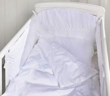 Zestaw pościeli dziecięcej TAPE. Piękna, biała pościel zaprojektowana w Szwecji, wykonana z najwyższej jakości, segregowanej ręcznie bawełny Fresing....