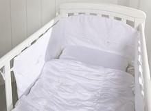 Zestaw pościeli ROSETTE do łóżeczka dziecięcego.  Piękna, biała pościel aprojektowana w Szwecji, wykonana z najwyższej jakości, segregowanej...