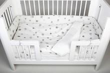 Ochraniacz na łóżeczko BEE Materiał: 100% bawełna, Wypełnienie: 100% poliester. Wymiary: - długość 300 cm, - wysokość 30 cm. TEKSTYLIA GODNE...