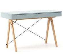 Minimalistyczne biurko z dwoma dyskretnymi szufladami. Wykonane ręcznie z litego drewna i blatu laminowanego w dowolnym odcieniu, całość spięta stalowymi...