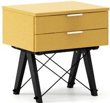 Urocza i niezawodna szafka nocna z dwoma szufladami. Pomieści różne drobiazgi lub dobrą książkę na wieczór i będzie idealną podstawą do lampki...