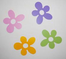 Kwiatki drewniane do dekoracji pokoju. Kwiatki pochodzą z zestawu mebli Babybest - Flower, ale pasują także do innych mebli. Kwiatki wykonane są z płyty...