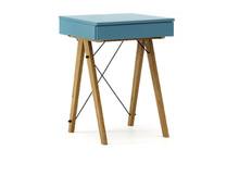 Minimalistyczne mini-biurko z funkcją toaletki. Pod klapą kryje się aksamitna szkatułka i duże lustro. Wykonane ręcznie z litego drewna i blatu w...