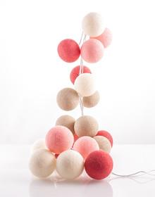 Idealne rozwiązanie dla Twojego wnętrza!  Zestaw składa się z 50 kolorowych, bawełnianych kul, żarówek i kabla. Kule można układać wzdłuż...