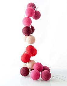Idealne rozwiązanie dla Twojego wnętrza!  Zestaw składa się z 20 kolorowych, bawełnianych kul, żarówek i kabla. Kule można układać wzdłuż...