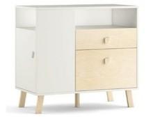 Wyjątkowo pojemna komoda z serii MAGI wyposażona w szufladę, dwie półki zewnętrzne i dwoje drzwiczek. Jej optymalna wysokość pozwala na dogodne...