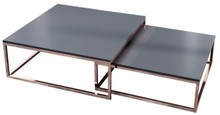 Zestaw dwóch stolików.<br />Blat wykonany z płyty MDF.<br />Stelaż z metalu lakierowanego na kolor miedziany.<br />Większy...