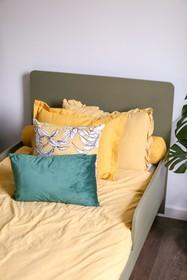 Łóżko z dużym zagłówkiem